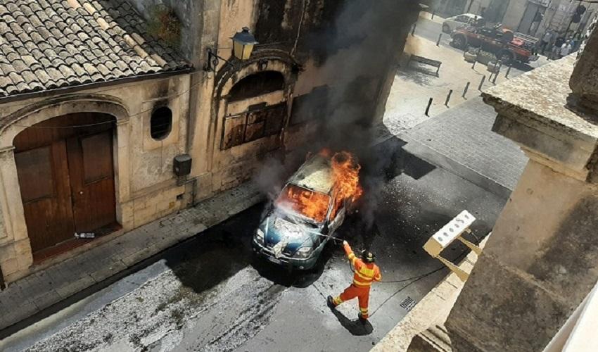 Canicattini Bagni, auto in fiamme sotto il municipio