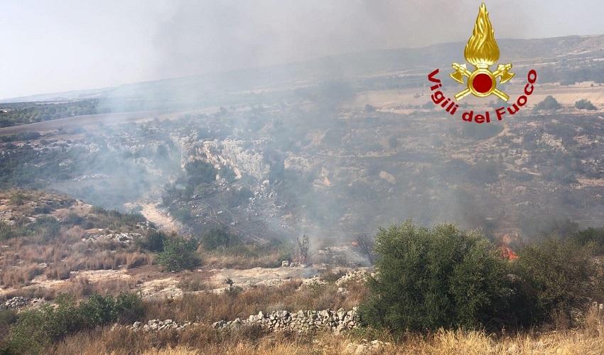 Rosolini, vasto incendio di vegetazione in contrada Stafenna