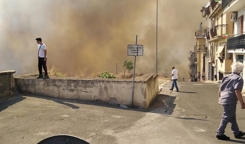 Violento incendio a Carlentini, 2 abitazioni distrutte dal fuoco: ordine di evacuzione