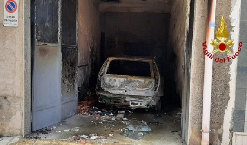 Auto in fiamme all'interno di un garage a Solarino: evacuata abitazione