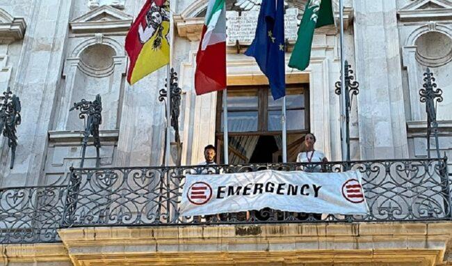 Siracusa onora Gino Strada: striscione di Emergency al Vermexio