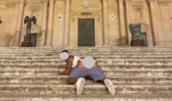 Posta sui social una sua foto nudo sulla scalinata della Cattedrale di Noto, multa di 10.000 euro