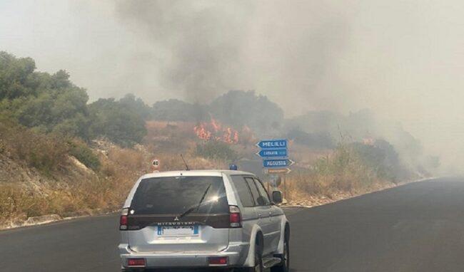 Incendio di vaste proporzioni tra Priolo e Augusta, strada chiusa
