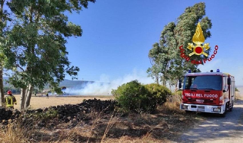 Nel Trapanese, appicca il fuoco a sterpaglie e va al bar: denunciato