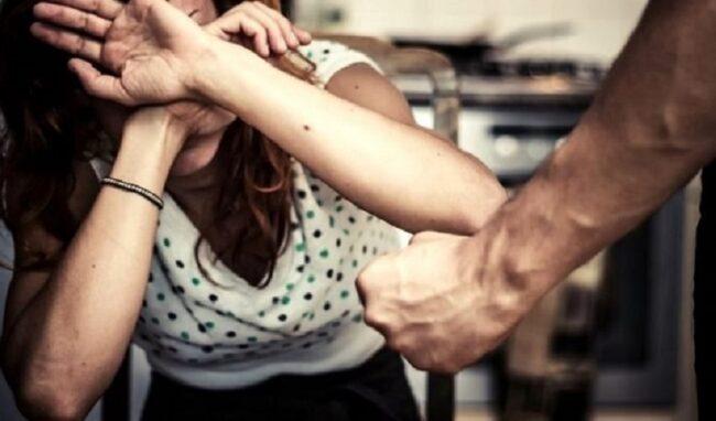 Minaccia e pesta la ex moglie nonostante il divieto di avvicinamento: noto professionista di Augusta finisce ai domiciliari