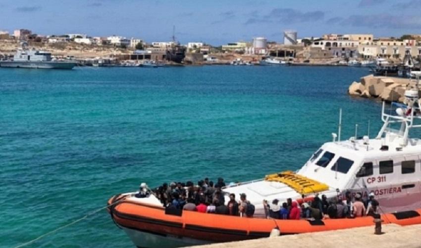 Soccorse 6 imbarcazioni al largo di Lampedusa: 424 migranti