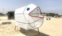 Il pesce mangia plastica installato sulla spiaggia di Marina di Priolo