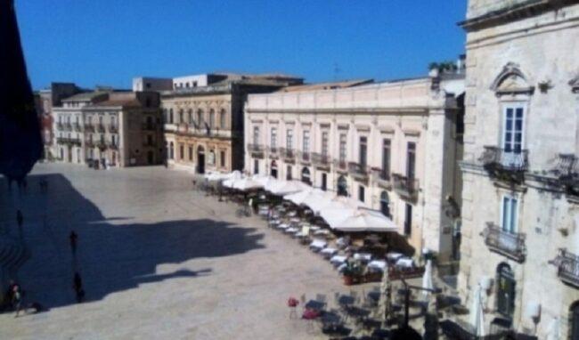 Troppi furgoni e mezzi turistici in piazza Duomo: scattano i controlli