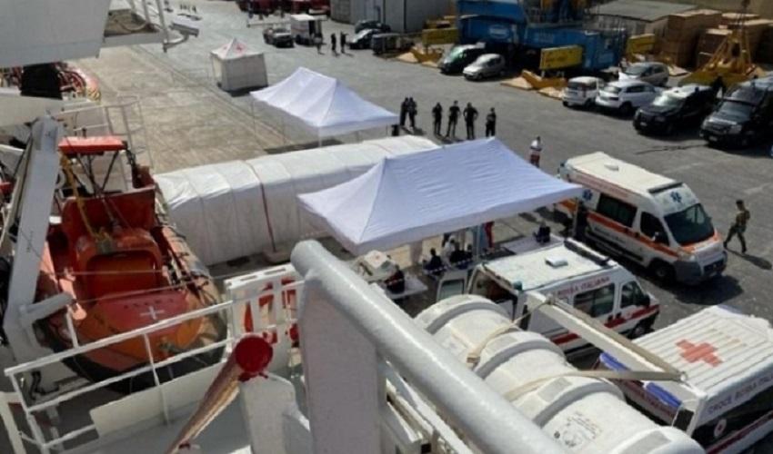 La Ocean Viking con 549 migranti al porto di Pozzallo, inizia lo sbarco