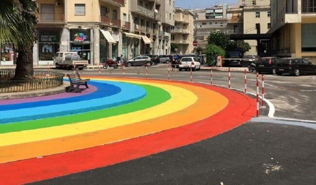 Corsie colorate in piazza della Repubblica, dibattito acceso