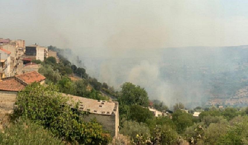 Incendio a ridosso del centro abitato a Sortino: il giorno dopo la grande paura si fa la conta dei danni