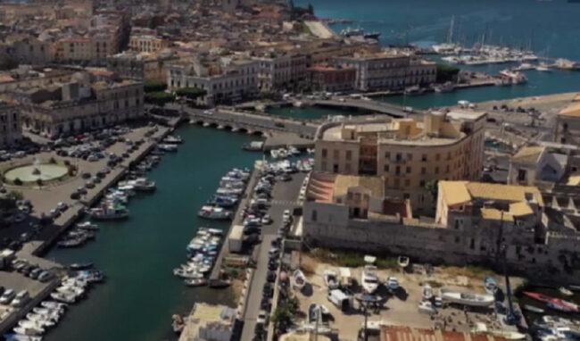 Raccolta rifiuti in Ortigia, per le attività commerciali Ccr mobile per plastica, cartone e vetro