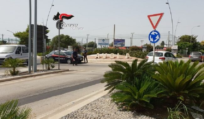 In moto non si fermano all'alt dei Carabinieri e finiscono sull'asfalto