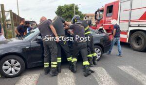 Bimbo rimane chiuso in auto con le portiere bloccate: liberato dai Vigili del fuoco