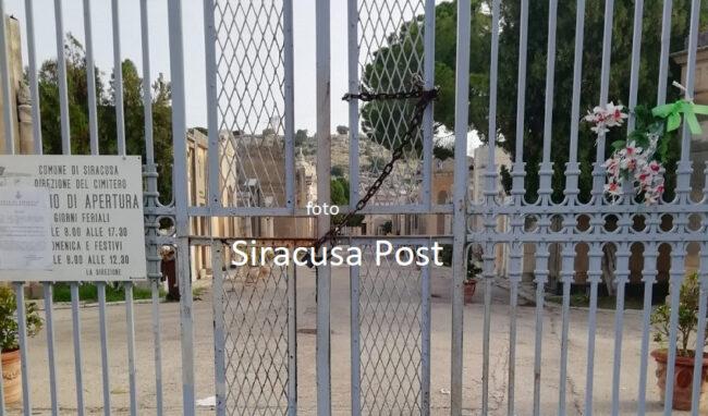 Cancelli chiusi al cimitero, arriva la Municipale per aprire l'ingresso principale