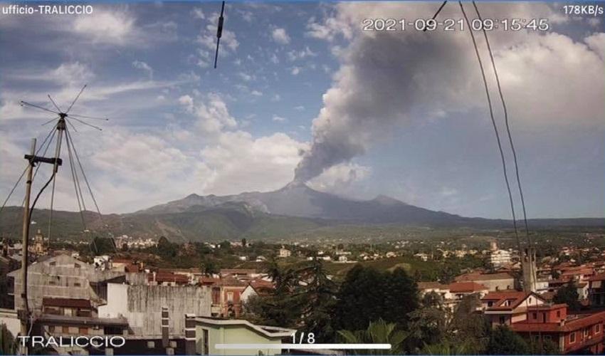 L'Etna torna ad eruttare: alta nube di cenere dal cratere di sud est