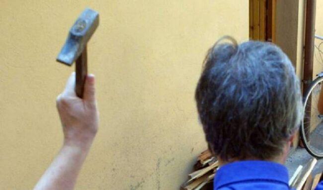 Prende a martellate la vetrina di un'autoscuola a Siracusa: denunciato 27enne