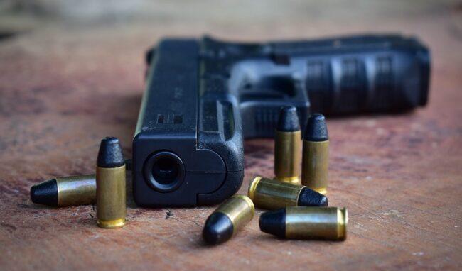 Nasconde in casa una pistola modificata e munizioni: 58enne in manette