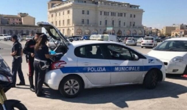 Parcheggia sulle strisce pedonali in Ortigia e minaccia i vigili urbani: denunciata