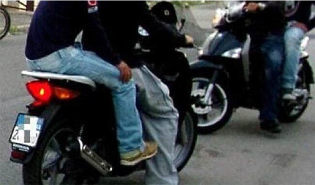 Sorpresi a bordo di uno scooter rubato, denunciati due minori di 14 e 16 anni