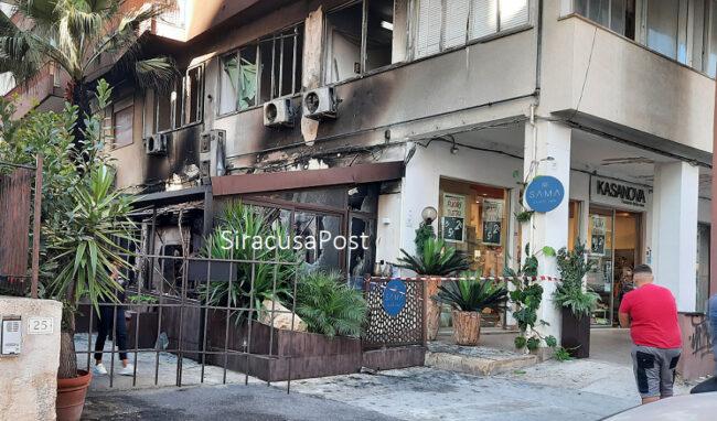 Incendio nella veranda esterna di un locale in via Tisia. Evacuato l'intero palazzo