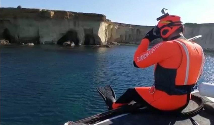 Cane cade in acqua dalla scogliera del Plemmirio, recuperato da rescue swimmer