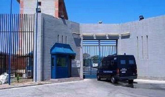 Tentano di introdurre droga e micro telefonini nel carcere di Augusta: denunciati parenti di 2 detenuti