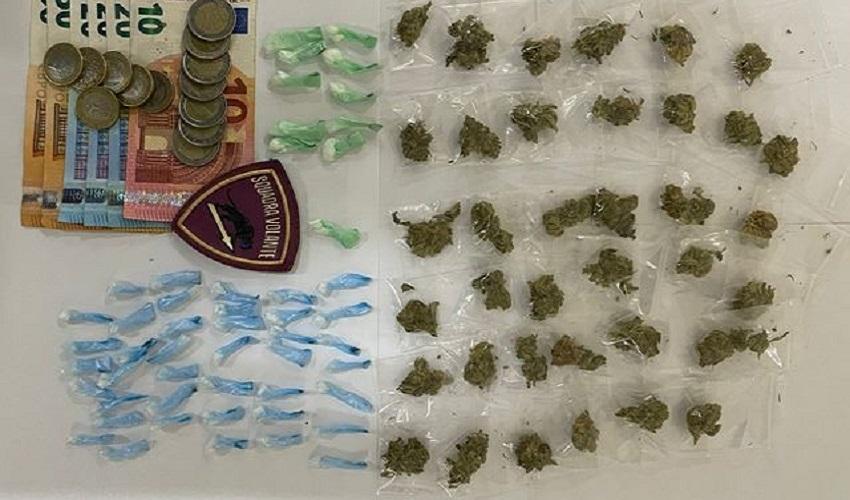 In possesso di 88 dosi tra cocaina e marijuana, 31enne arrestato in via Santi Amato