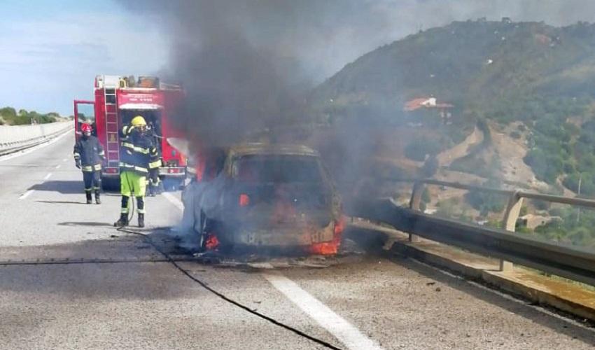 Auto distrutta da un incendio sulla A20 Messina-Palermo
