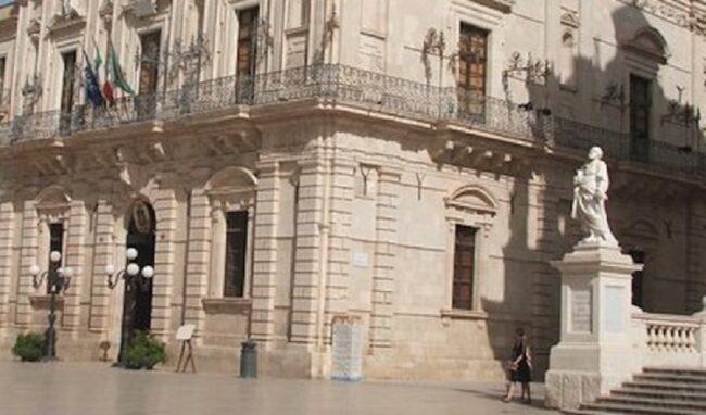 Imbratta un cestino dei rifiuti in piazza Duomo, 30enne denunciato