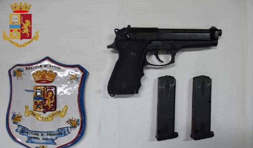 Una pistola nascosta nell'armadio della camera da letto: arrestati in 2