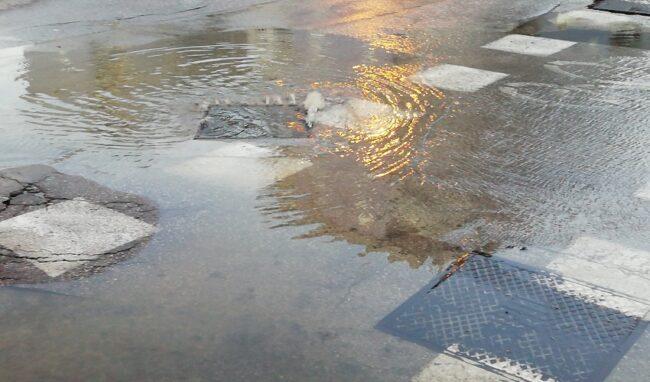 Scoppiano 2 tombini nella piazzetta di viale Tica: liquami in strada