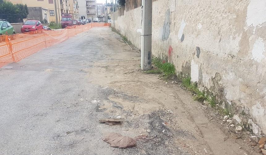 Crollo del muro in via Calabria, rimozione dei detriti
